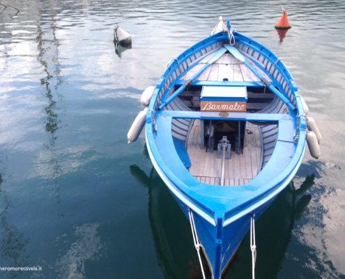andar per mare barchetta blu