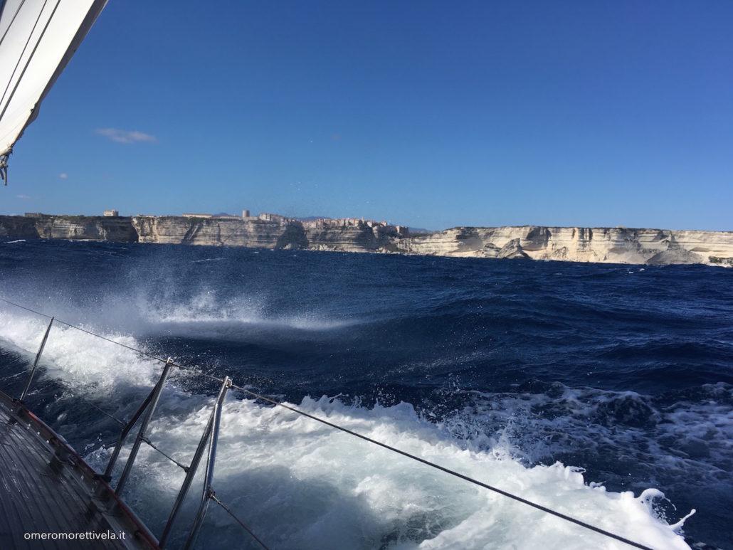 vacanze in barca a vela sardegna e corsica navigazione verso bonifacio