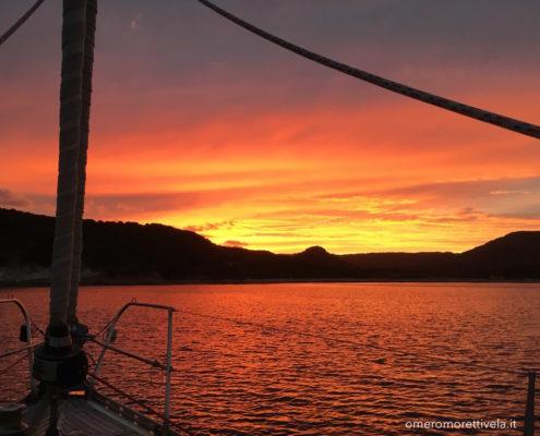 vacanze in barca a vela sardegna e corsica tramonto a santa manza bocche di bonifacio in barca a vela