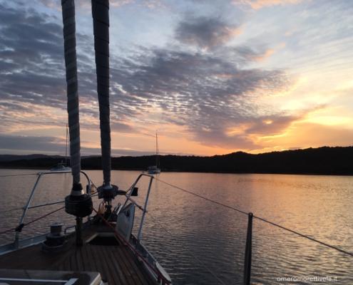 partenza toscana sardegna in barca a vela tramonto