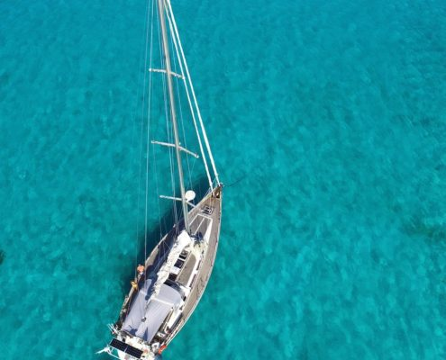 vacanze in barca a vela alle grenadine freya barca a vela vista dal drone