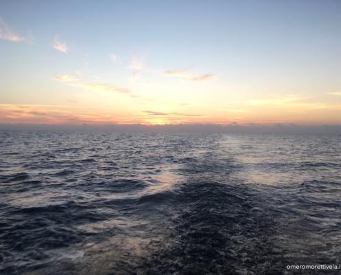 tramonto in navigazione verso isola di Ustica