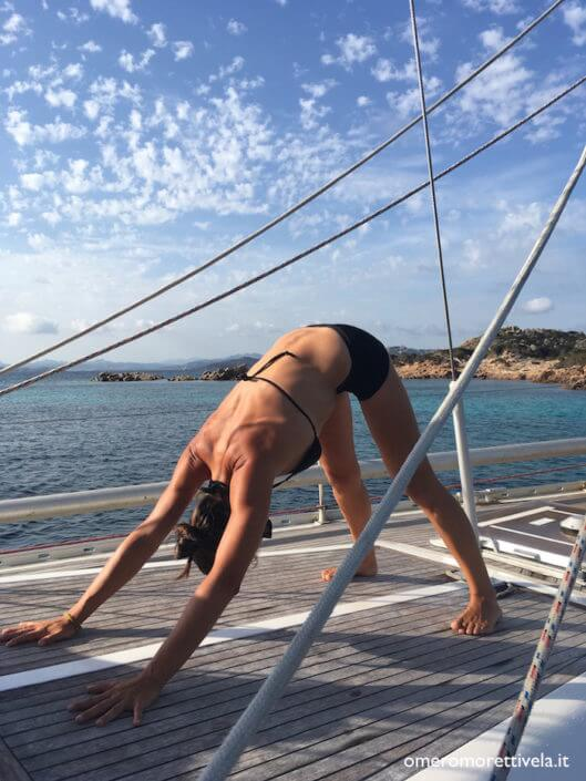 yoga in barca a vela saluto al sole
